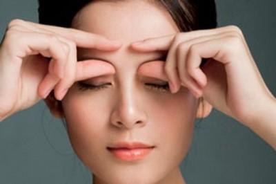 Tuyệt chiêu massage giảm mỡ mí mắt 1