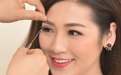 Bác sĩ tiến hành đo vẽ xác  định đường mí mắt cũng như độ cong vểnh lông mi phù hợp