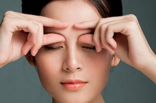 Massage mắt thường xuyên để khắc phục tình trạng sụp mí mắt