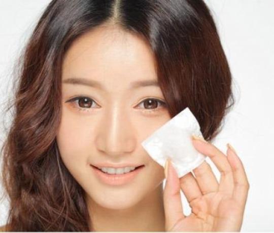 Vệ sinh mắt sạch sẽ bằng thuốc sát khuẩn