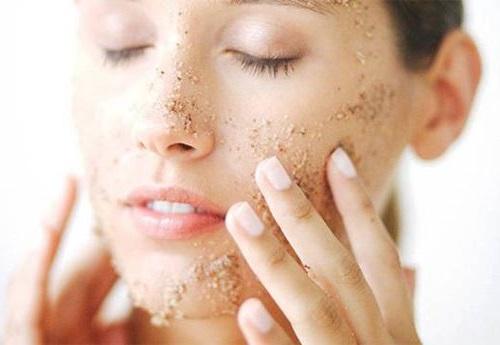 Tẩy da chết để tránh gây bít tắc lỗ chân lông