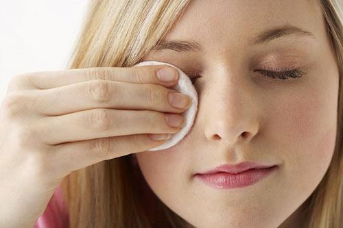 Tẩy trang vùng mắt