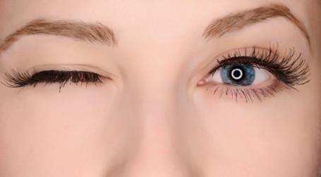 Nháy mắt phải hên hay xui?