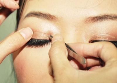 Nhấn mí mắt có hại không-2